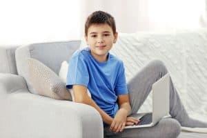 Laptopto jest głownym wrogiem dbania o kręgosłup dziecka
