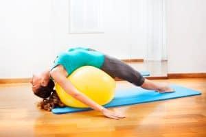 Kiedy rośnie biust trzeba ćwiczyć mięśnie piersiowe.