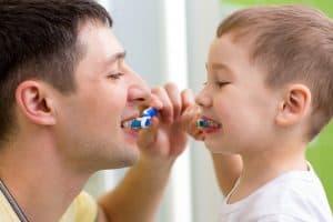 Profilaktyka prochnicy do dbanie o zeby w domu i regularne wizyty u dentysty.