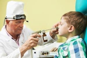 Nawracające zapalenie uszu objawia się pogorszeniem słuchu