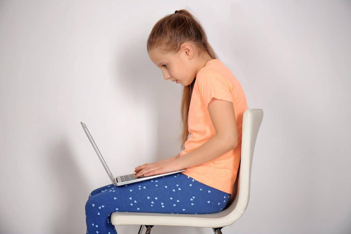 Wady postawy u dzieci nie muszą być skoliozą.