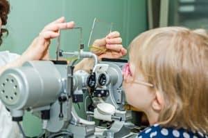 Zez może być wrodzony lub związany z wadą wzroku.