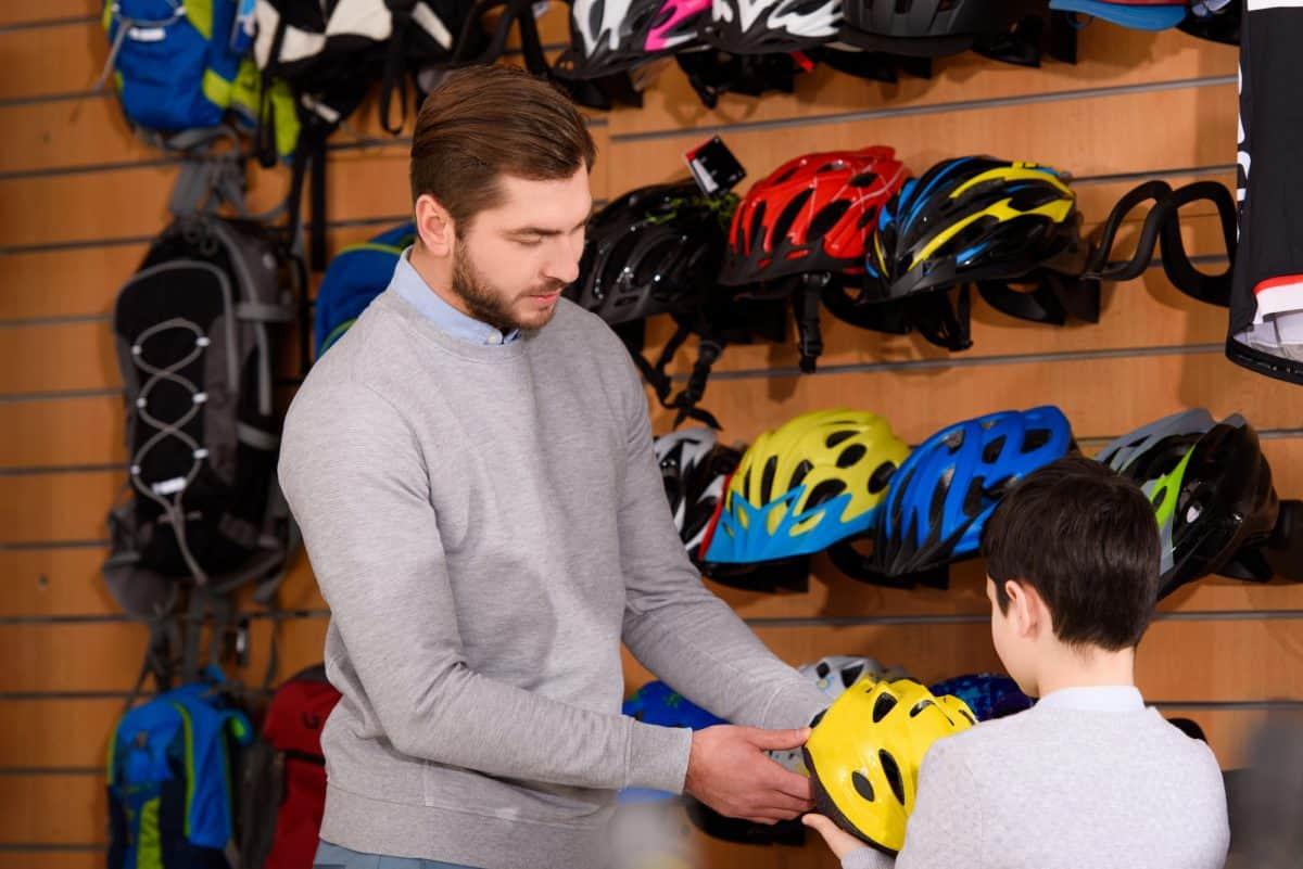 Kaski rowerowe powinny dobrze przylegać do głowy.