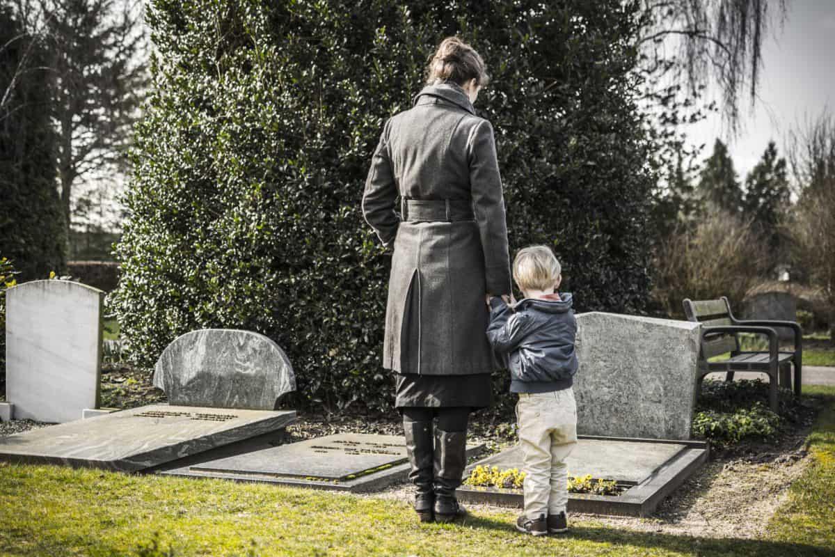 Pogrzeb - czy zabierać dziecko na tę ceremonię?