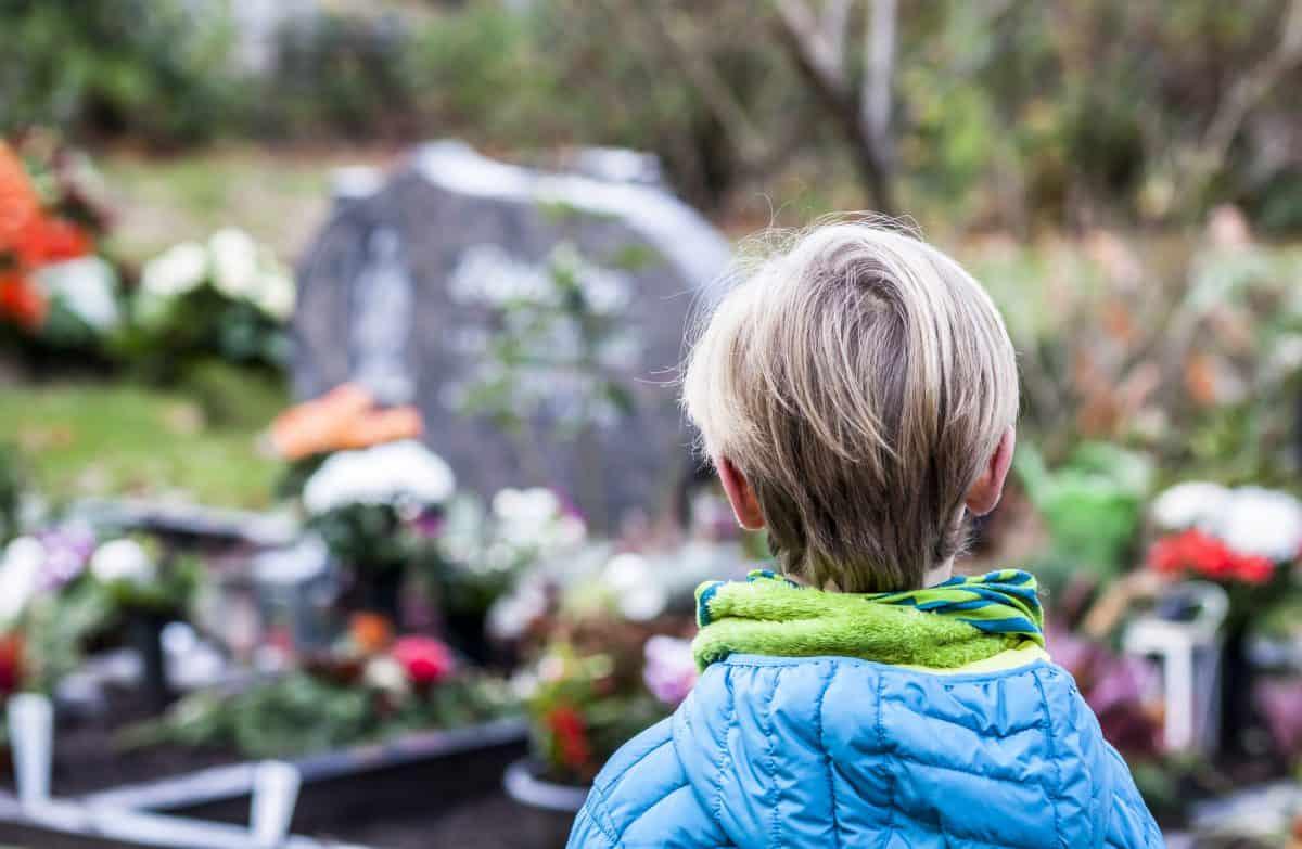 Jak dziecko przeżywa żałobę? Warto się tego dowiedzieć.