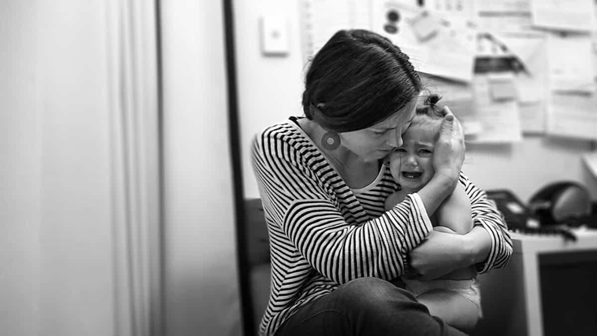 Rodzicielstwo bliskości wywodzi się z teori więzi Johna Bowlb'ego.